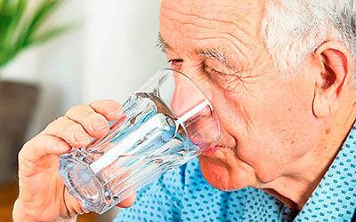 Cómo evitar la deshidratación en ancianos