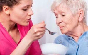 Consejos para alimentar a personas que padecen Alzhéimer
