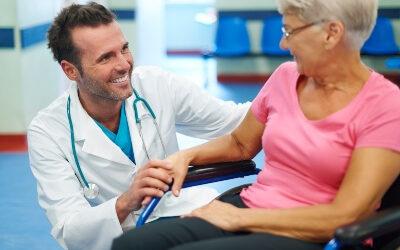 Importancia del acompañamiento hospitalario para mayores